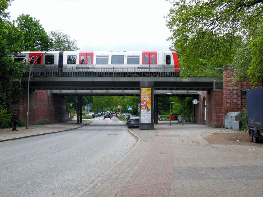 Wagen 308-3 vor Fuhlsbüttel Nord auf der Brücke über die Flughafenstraße