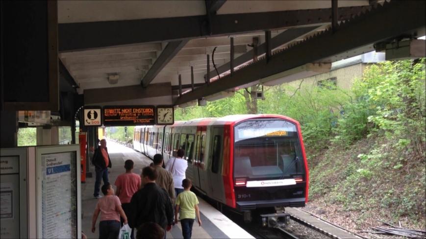 Zug 310 verlässt als fahrgastlose Testfahrt die Haltestelle Langenhorn Markt