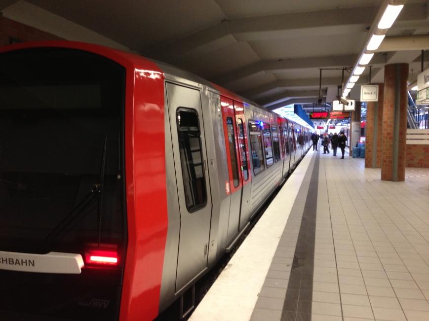 Zug in der Haltestelle Norderstedt Mitte