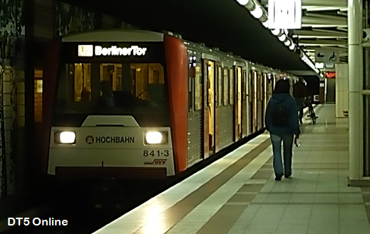 Ein 6-Wagen-Zug DT3 in Niendorf Nord. U2 nach Berliner Tor