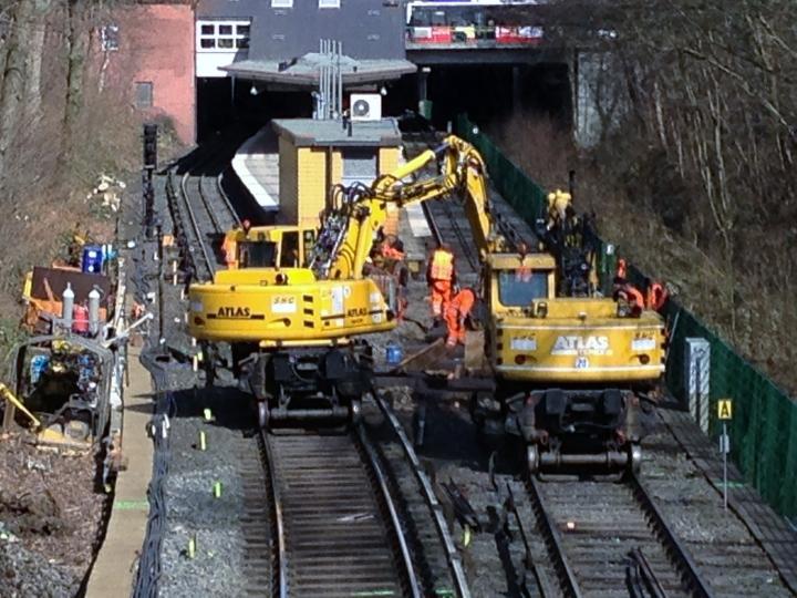 Der erste Teil der Weiche ist bereits fertig: Der Anschluss an das Gleis in Richtung Norderstedt ist bereits eingebaut (11:56h)