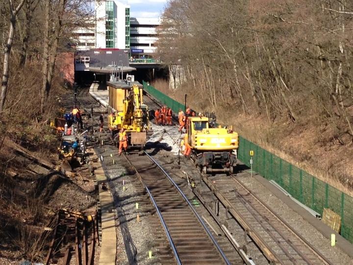 Mittlerweile wurde das Gleisbett im Bereich der Weiche mit neuem Schotter aufgefüllt (14:55)