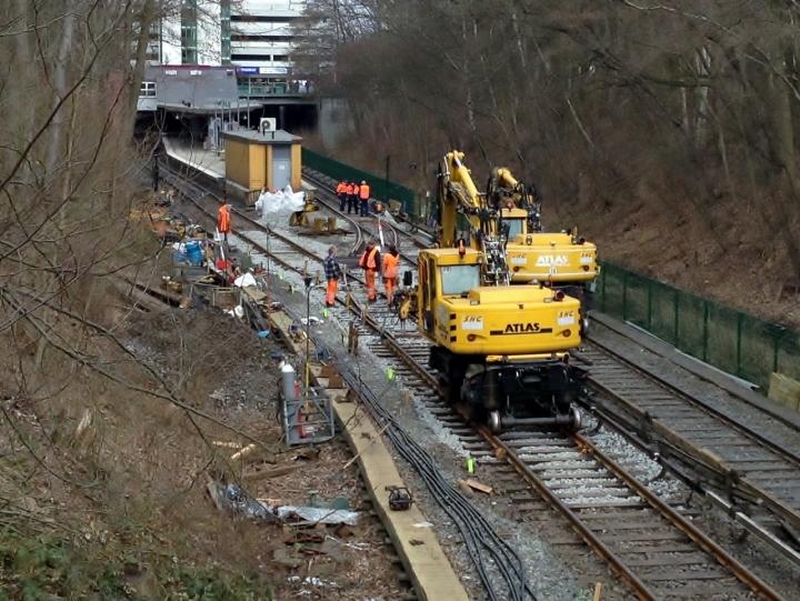Die Schottersäcke, welche gestern noch am Gleis standen sind nun alle verteilt worden. Das City-Gleis besitzt nun die Einfädelung (SO 12:38h)