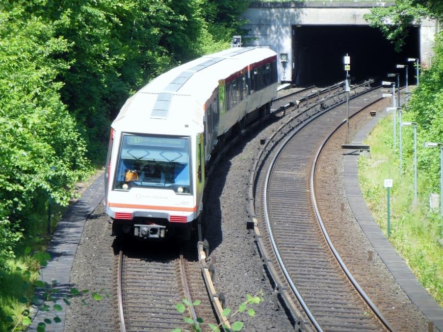 Der Kurzzug 192 verlässt den Tunnel nach seiner Ausfahrt aus Garstedt in Richtung Ochsenzoll
