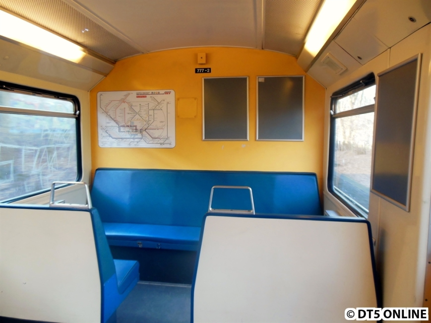 Wagenrückwand 777-2. In diesem Zug wird zwar nicht mehr geworben, dafür ist der Netzplan - nicht nur an der Wand