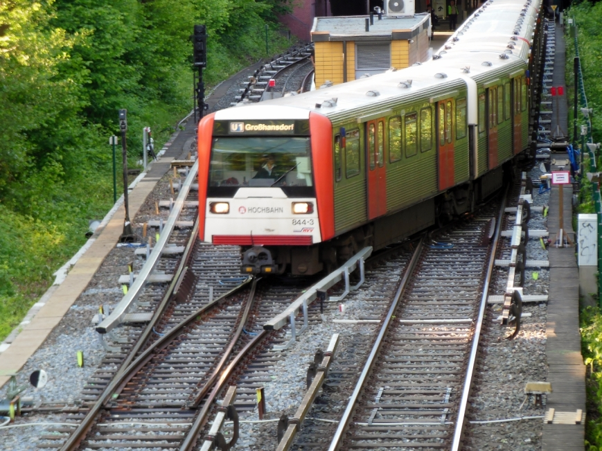 DT3-E 844/803/826 befährt den Gleiswechsel am Langenhorner Markt