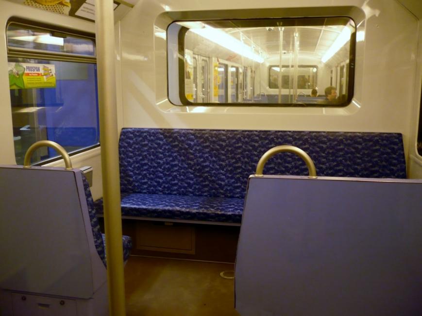 Blaues Innenraumdesign nach der dritten Ertüchtigung, die Fenster zwischen den Wagen wurden bereits bei der ersten Ertüchtigung eingebaut.