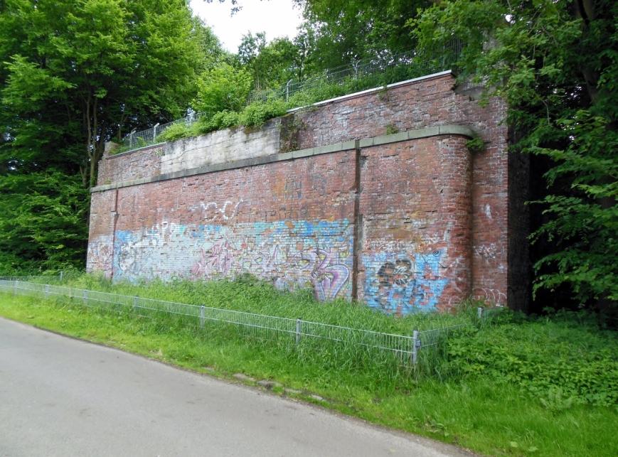 Das nördliche Widerlager am Beimoorweg. Dies bildet den Abschluss des Bahndamms, ursprünglich war noch eine weitere Verlängerung vorgesehen, wofür man dieses Widerlager benötigt hätte.