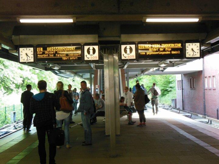 """Der gesamte Verkehr wird bis 27. August über Gleis 2 abgewickelt, daher auf Gleis 1 """"KEIN ZUGVERKEHR""""."""