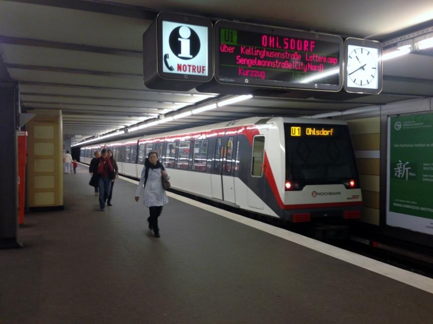 Kurzzug 104 in der Haltestelle Hallerstraße