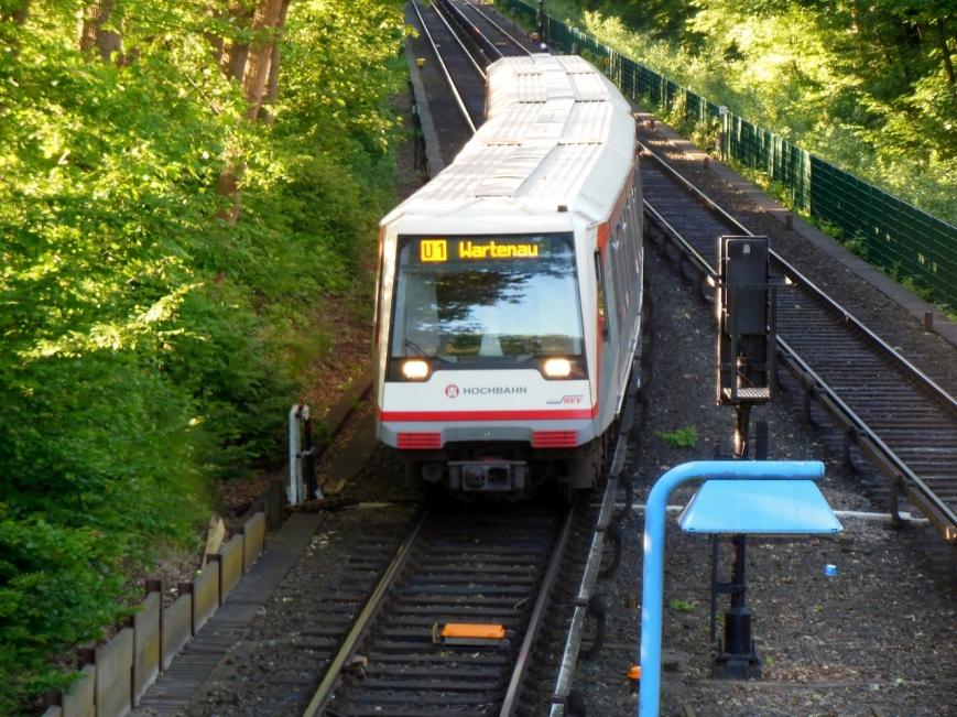 """138 hält zwischen den Haltestellen Langenhorn Markt und Fuhlsbüttel Nord an der Brücke """"Beim Schäferhof"""""""