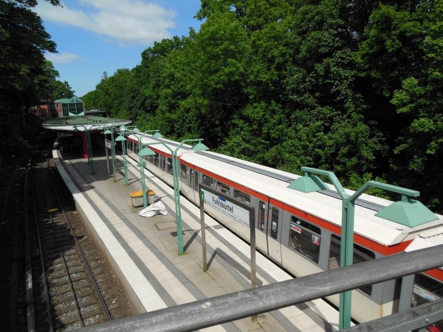 Zug 166 beim Halt in Fuhlsbüttel