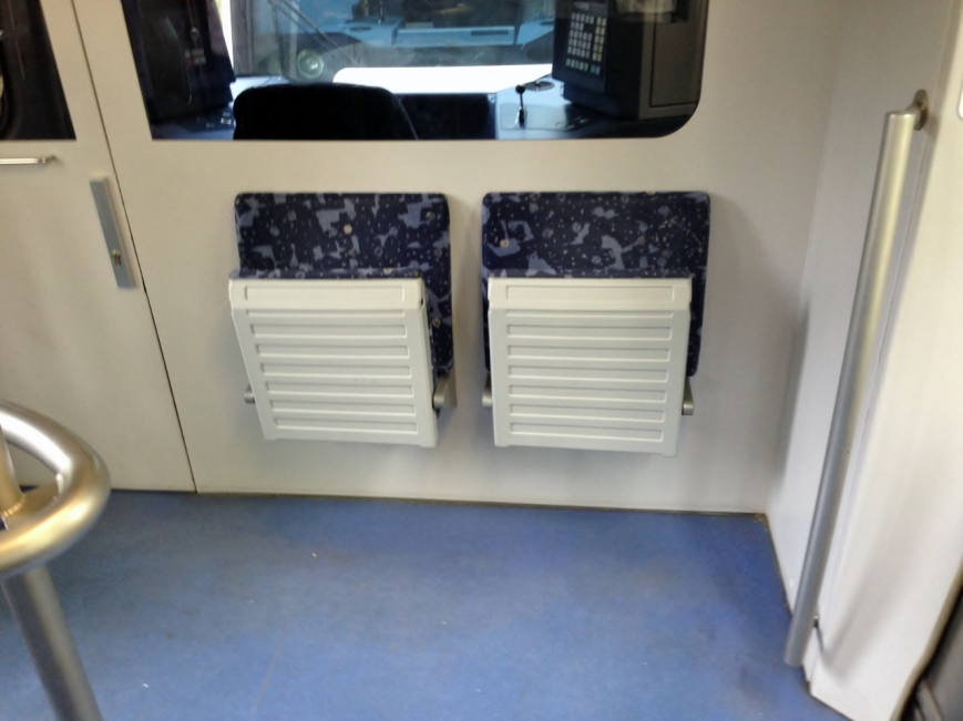 Die fünfte und sechste Serie erhielten an den Fahrerraumwänden zwei Klappsitze