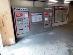 Die Fahrkartenautomaten wurden auch verschoben und haben sogar noch Aufkleber aus dem letzten Jahrtausend mit dem alten HVV-Logo