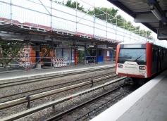 Auf dem Bahnsteig in Richtung City wird noch nicht gearbeitet, aber man kann von ihm das eingerüstete Dach gut erkennen.