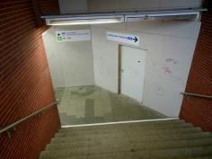 Am Aufgang zur Walddörferbahn steht diese Bauwand, hinter der sich die alte Vorhalle befindet.