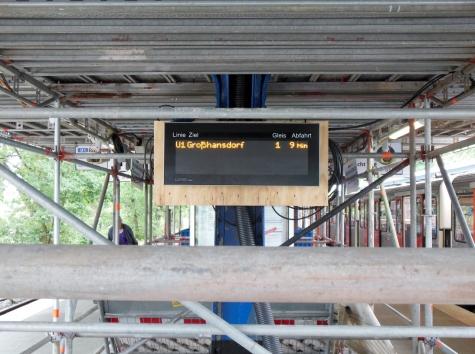 Anstelle der normalen dynamischen Zugzielanzeigen hängt dieses Lumino-Gerät am Aufgang, welches aus der Vorhalle kommt.