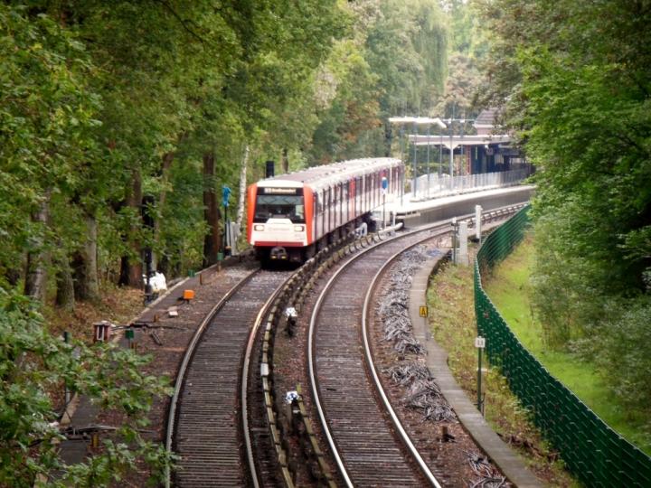 DT3 bei der Durchfahrt durch die Haltestelle Langenhorn Nord