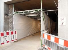 Hier der besagte Bauzaun-Tunnel