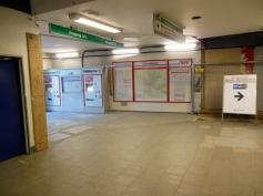 Am provisorischen Eingang stehen immernoch die Informationen und Fahrkartenautomaten