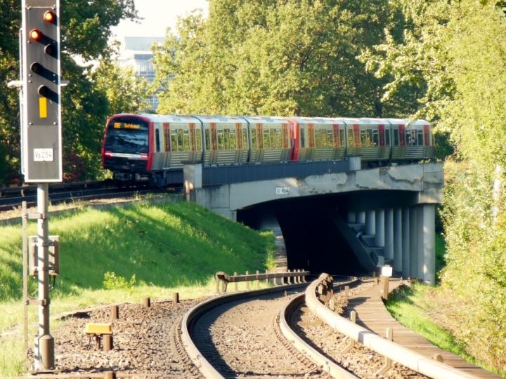 Mit dem DT5 311/304 ging es am Tag der deutschen Einheit nach Wandsbek-Gartenstadt. Dort war ein Bahnsteig gesperrt, der Richtung Volksdorf, weshalb kurzgekehrt wurde und gar keine U1 unterwegs war. Daher gab es für dieses Motiv – bei strahlendem Sonnenschein – ausnahmsweise eine Garantie.