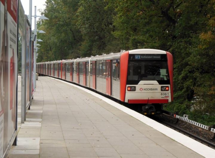 Im Oktober waren die DT3 sehr häufig auf der U1 anzutreffen. In Fuhlsbüttel Nord angekommen steht gerade einer. Bei der Ausfahrt des Zuges 865/871/838 entstand dieses Bild.