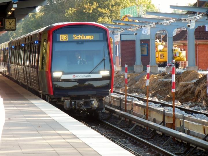Ebenfalls im Oktober wurde der Bahnsteig der Züge in Richtung Volksdorf in Wandsbek-Gartenstadt abgerissen und durch einen Neubau ersetzt. Am 3. Oktober stand der DT5 311/304 neben der Baustelle, was dieses Bild dokuemntiert.