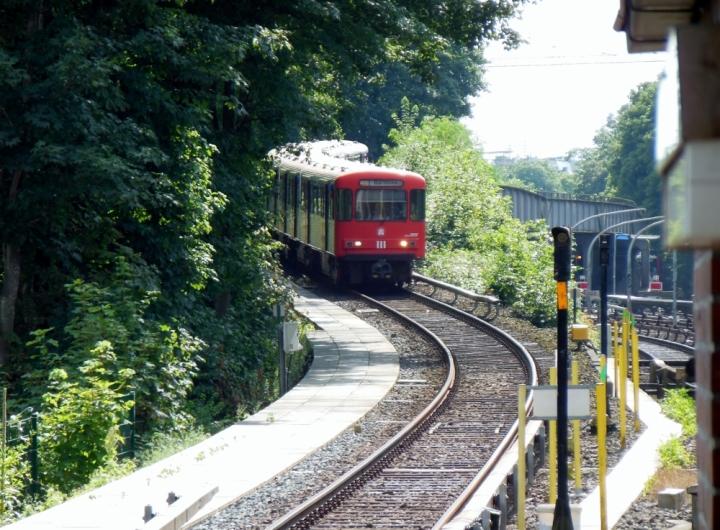 """Für rund einen Monat wurde im Sommer die Haltestelle Eppendorfer Baum durchfahren. Kurz vor Ende der """"Sperrung"""" kommt dieser DT3-LZB 925 mit der Einheit 833 über die U1-Überquerung in Richtung Kellinghusenstraße gefahren."""
