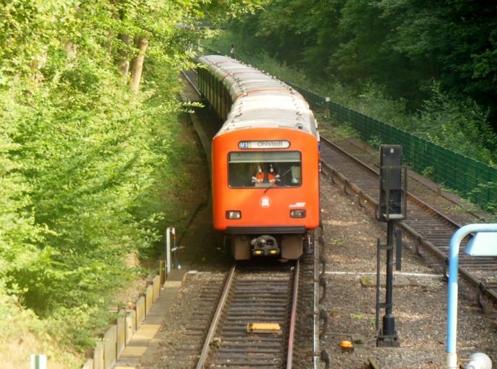 """Am 23. August fuhr dieser von 763 angeführte DT2-Zug vor die Linse. Er war """"außerplanmäßig""""  unterwegs, daher auch U1 Ohlstedt. Planmäßig kommt er nämlich nicht mehr weiter als Volksdorf oder Ohlsdorf."""