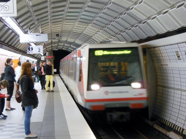 Zug 152 fährt in die Haltestelle Hauptbahnhof Nord ein. Sein Ziel ist das Überseequartier, welches bis zum 10. August, 10h  werktags die offizielle Endhaltestelle der U4 war.
