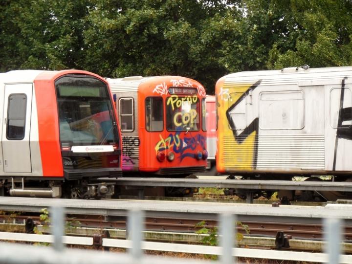 Eine wirklich seltene Gelegenheit ergab sich am 18. August rein zufällig. Hinten fährt 307 der 310 hinterher. Im Vordergrund von links nach rechts: 306, 604 und 909. Letztere Beiden warteten auf ihren Abtransport zurück in den Tunnel. Sie sind (wie man sehen kann) besprüht worden und sind zur musealen Erhaltung vorgesehen.