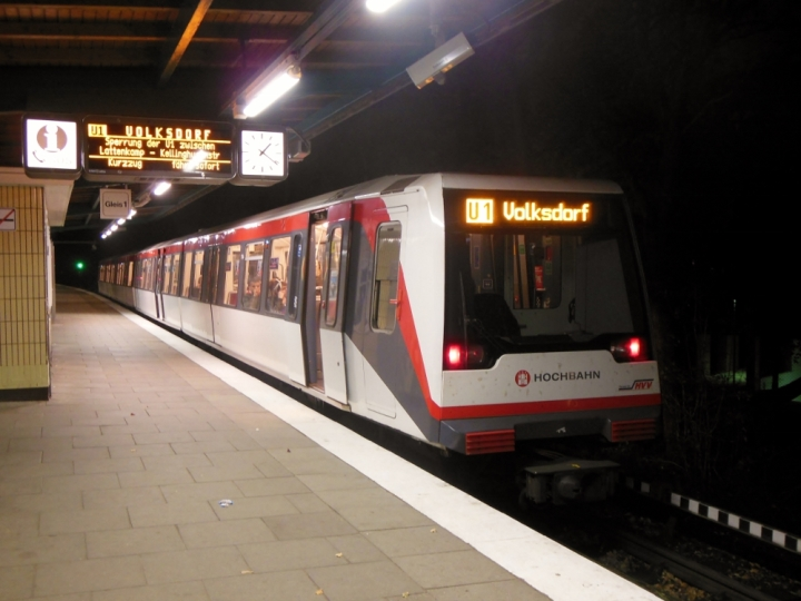 In der Nacht des Wissens war ich unterwegs, wieder daheim in Fuhlsbüttel Nord lichtete ich den gerade abgefertigten DT4 114 nach Volksdorf ab.