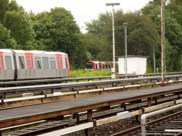 Als ich am Betriebshof Saarlandstraße für eine kleine Fotosession war, stand etwas recht helles im Bahnhof. Ich machte mich schnell auf zu einem besseren Punkt zum Fotografieren, wo dieses Foto entstand. Der Zug 310/307 (hinten) trifft auf Wagen 308.