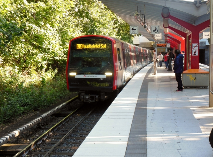 Bei der Feiertagstour am Tag der deutschen Einheit fährt dieser DT5 304/311 gerade in die Haltestelle Borgweg ein.