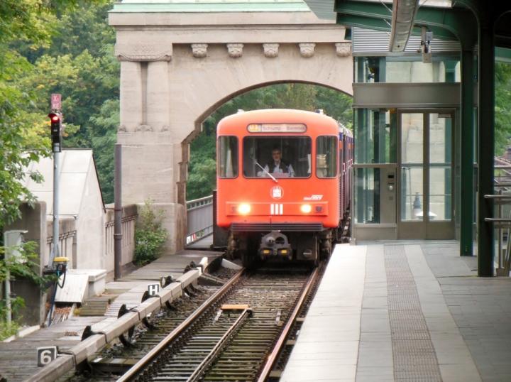 """Am 8. September erreicht dieser DT3-LZB 921 zusammen mit Einheit 820 den Bahnhof Kellinghusenstraße. Der Zug, welcher gerade durch den historischen Bogen durchfährt, hat fälschlicherweise """"Schlump – Barmbek"""" geschildert."""