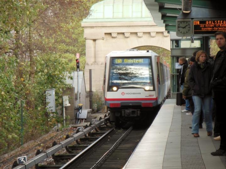 """Am 3. November war die U1 zwischen Kellinghusenstraße und Lattenkamp gesperrt, damit die alte Fußgängerbrücke """"zurückgebaut"""" werden konnte. Hier kommt gerade die U3, ähm… U1 nach Ohlstedt aus Richtung Saarlandstraße eingefahren. Dorthin fuhren die Züge nämlich zum Kehren, denn die mittleren Gleise mussten gesperrt werden. Und deshalb kommt eine U1 auf den U3-Gleisen gefahren…"""
