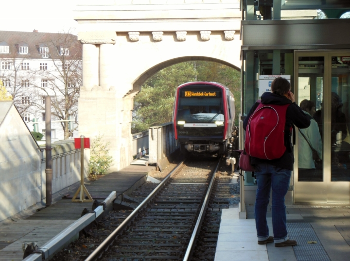 Angekündigt als U1 nach Großhansdorf kam diese U3 nach Wandsbek-Gartenstadt am 3. November in die Haltestelle Kellinghusenstraße eingefahren. Aufgrund einer U1-Sperrung waren die inneren Gleise gesperrt, die Züge mussten zum Kehren bis Saarlandstraße fahren.