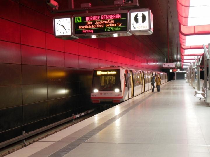Während des Sommerfahrplans wurden die eigentlich am Berliner Tor endenden U4-Fahrten bis Horner Rennbahn verlängert. Der Kurzzug 185 wird aber bereits abgefahren sein, wenn das U4 Licht- und Klangfeuerwerk beginnt.