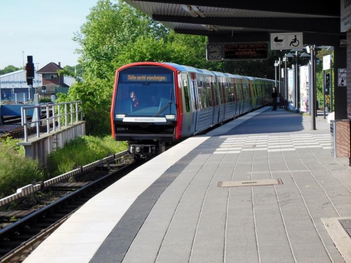 Auf dem heutigen Foto erreicht der DT5 die Haltestelle Ohlsdorf. Seit Februar übernahm die Dreiertraktion einen DT3-Frühumlauf. Auch am Donnerstag und Freitag ist ein 9-Wagen-Zug unterwegs, damit er weiter eingesetzt werden kann wird in Barmbek einer der drei Züge abgekuppelt.