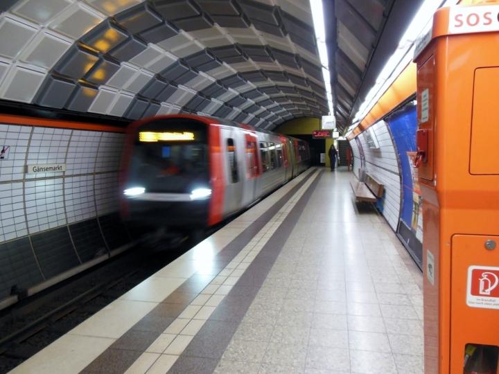 Die U2 nach Billstedt, angeführt von Einheit 308 erreicht die Haltestelle Gänsemarkt.