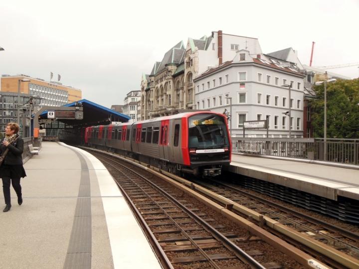 DT5 310/312 steht in der Haltestelle Rödingsmarkt. Kurz zuvor blockierte der DT3 836/846 den Blick auf den um zwei Minuten verspäteten Zug.