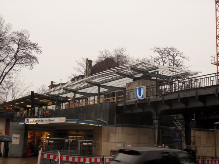 Von der Straßenebene kann man das neue Bahnsteigdach (bzw. die Verlängerung) gut erkennen.