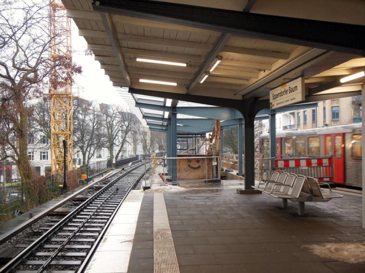 Blick vom Bahnsteig auf die Bahnsteigverlängerung. Gut zu erkennen ist, dass die Dächer wohl die gleichen sein werden. (Ist ja auch naheliegend...)