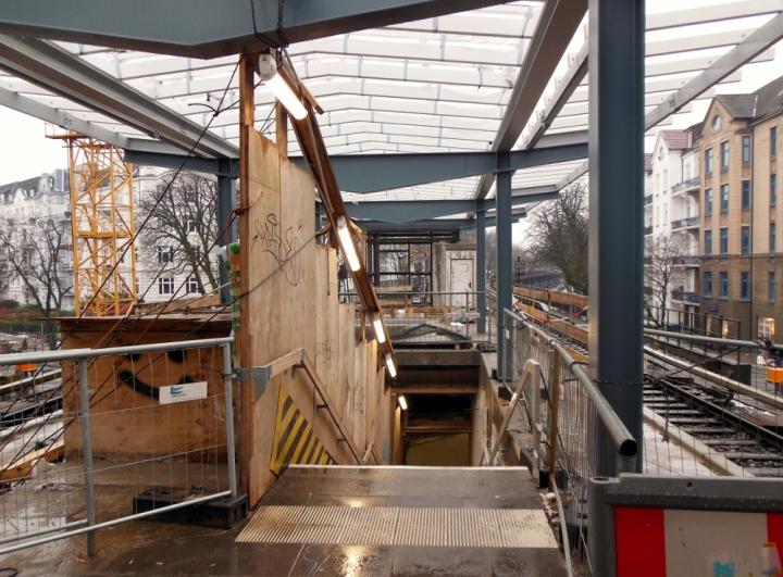 """Hier ist der provisorische Abgang zu sehen.  Links davon ist die """"überbaute"""" Rolltreppe."""