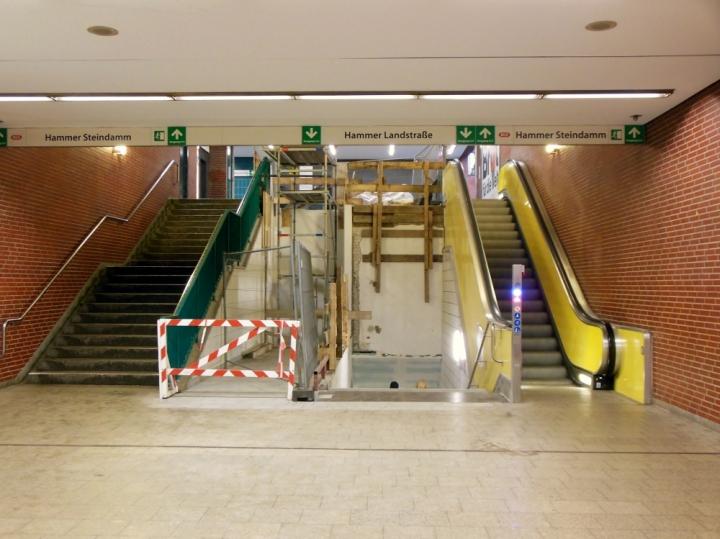 Der westliche Zugang zur Haltestelle Hammer Kirche: Mittig rechts wird der Aufzug eingebaut. Bis voraussichtlich KW15/2014.