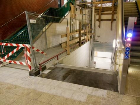 Die Zuwegung zum Aufzug ist bereits fertig und der Fußgängertunnel wieder eröffnet. Passend dazu gibt's auch neue Wandfliesen...