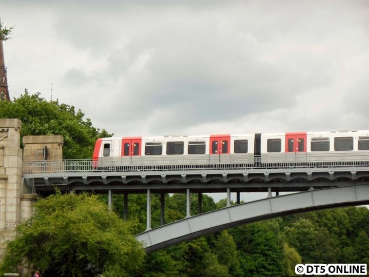 317 auf Kuhmühlenteichbrücke (U3 Wandsbek-Gartenstadt)