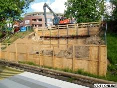 Andere Seite: Dank fehlender Sichtschutzwände kann man die Baugrube für das Fundament oder Brückenwiderlager gut erkennen.