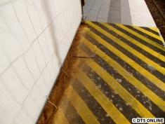 Auch die Bodenplatten, die auf die Einengung hinweisen sollen, sacken nach innen teils ab - auf ihnen: Sand.