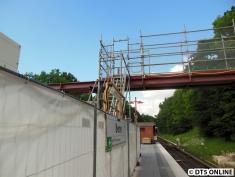 Eine Behelfsbrücke wurde aufgebaut, sie verbindet die Baustelle mit der Straße.